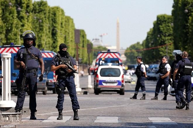 Francia: Coche impacta a furgón policial en Campos Elíseos - ảnh 1