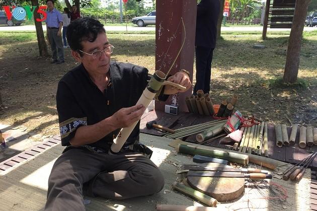Artesanos étnicos vietnamitas contribuyen a preservar los valores culturales tradicionales - ảnh 2
