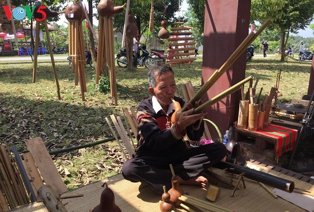 Artesanos étnicos vietnamitas contribuyen a preservar los valores culturales tradicionales - ảnh 1