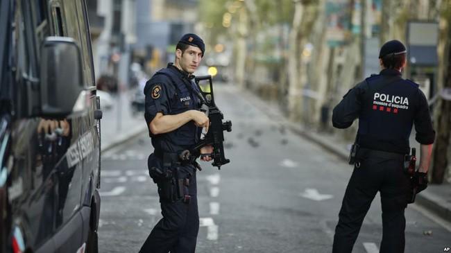 España ultima al presunto terrorista del ataque de Barcelona - ảnh 1