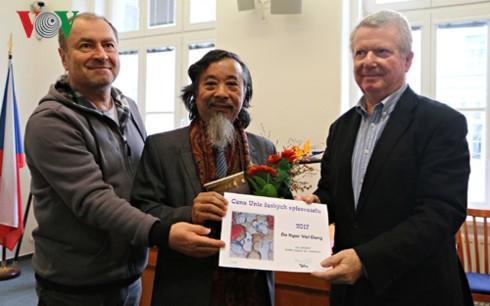 Un vietnamita se honra por la Asociación de Escritores checos - ảnh 1