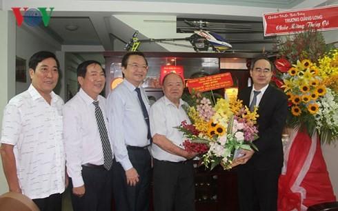 Vietnamitas expresan su gratitud a los profesores en ocasión del Día Nacional del Maestro - ảnh 1