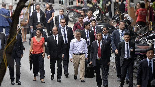 Vietnamese French people accompany President Hollande to visit Vietnam - ảnh 2