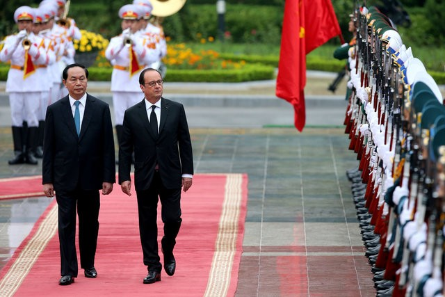 Vietnamese French people accompany President Hollande to visit Vietnam - ảnh 1