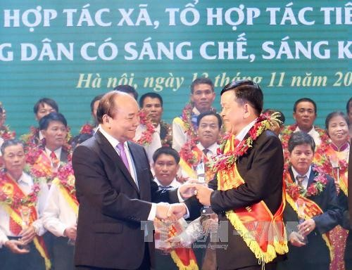 Ceremony honors outstanding cooperatives and farmers - ảnh 1