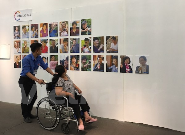 Life of handicapped people featured at exhibition - ảnh 1
