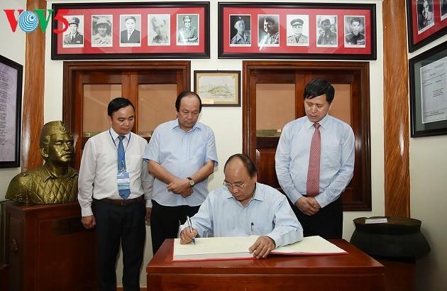 PM honors war heroes of Tay Tien Regiment 52 - ảnh 1