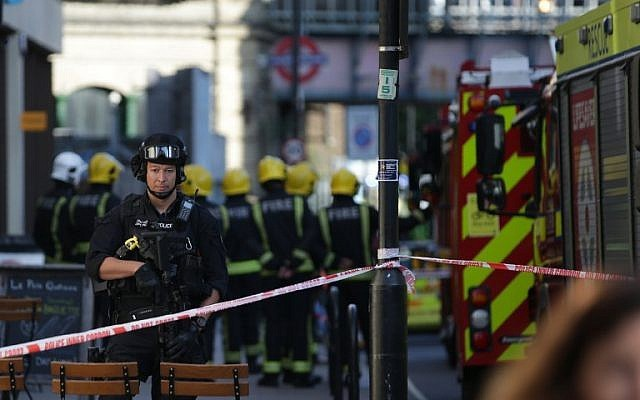 Fire spreads from London underground blast - ảnh 1