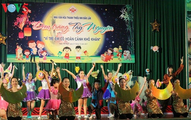 Joint efforts to give disadvantaged children a happy Mid-Autumn Festival - ảnh 1