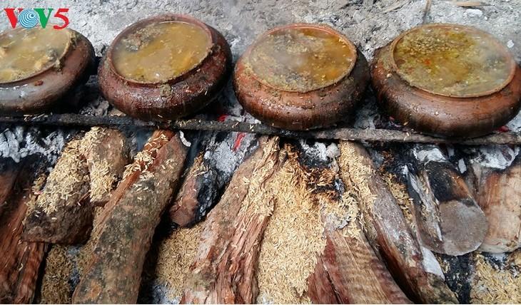 Vu Dai fish braising village enters peak season as Tet approaches  - ảnh 2