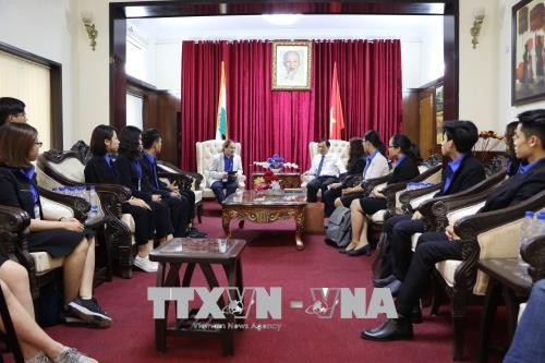 Vietnamese Embassy in India meets outstanding youths  - ảnh 1