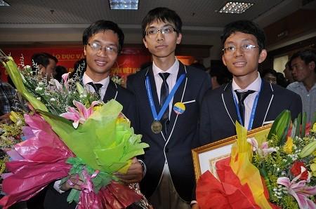 サン主席、国際数学五輪の受賞者を表彰 - ảnh 1