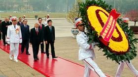 党・政府代表団、ホーチミン廟に花輪 - ảnh 1