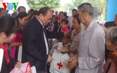 政府の指導者、テトの贈り物を手渡す - ảnh 1