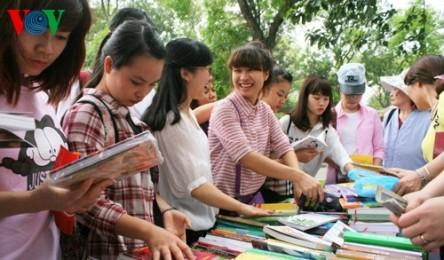 「昔と現在の本」書籍祭り始まる - ảnh 1