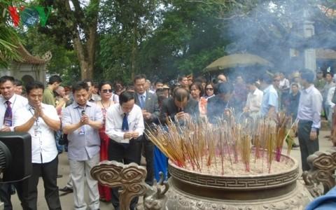 越僑、フン王を祀る神社に線香を手向ける - ảnh 1