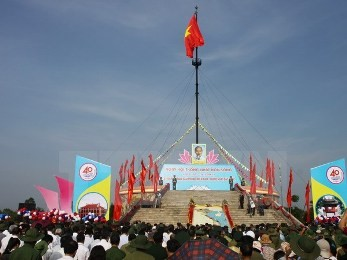 ベンハイ川の両岸で、国旗掲揚式が行われる - ảnh 1