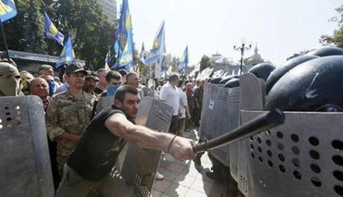 ウクライナ 議会前衝突で2人死亡 責任追及へ - ảnh 1