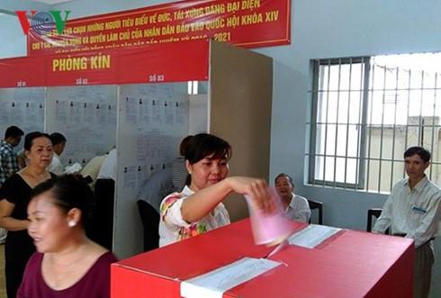 各国のマスメディアは、22日の選挙を引き続き伝える - ảnh 1