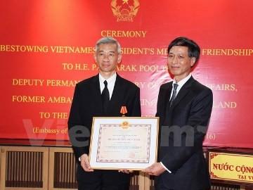 在ベトナムタイの元大使に友好勲章 - ảnh 1
