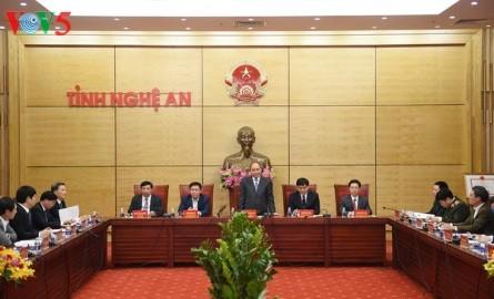 フック首相、ゲアン省指導者と会合 - ảnh 1