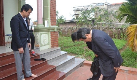在ベトナム日本大使、殺害されたベトナム少女の実家を見舞う  - ảnh 1