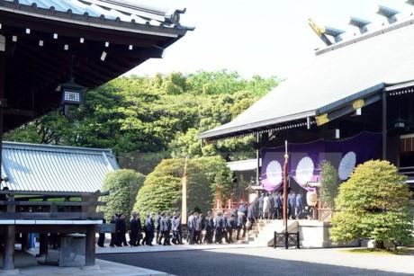 安倍首相 靖国神社の春の例大祭に真榊を奉納 - ảnh 1
