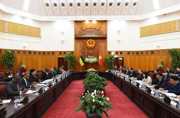 フック首相、モザンビーク首相と会談 - ảnh 1