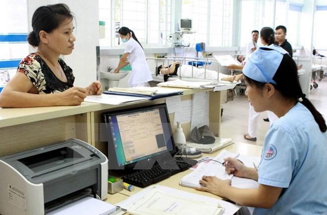 贫困者和持医疗保险卡人员从看治病服务费用调整中受益 - ảnh 1