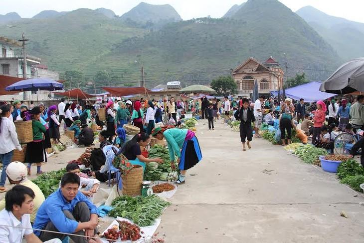 河江省集市的热闹气氛 - ảnh 1