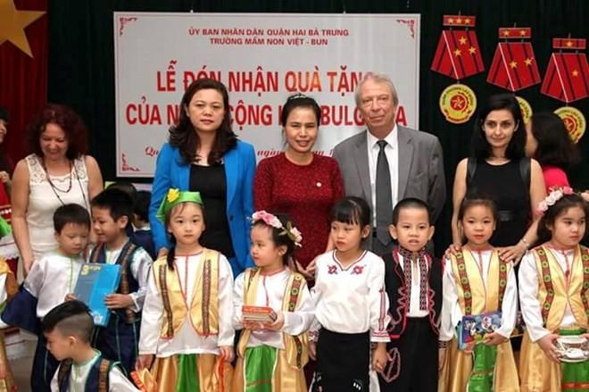保加利亚驻越大使斯托伊切夫探访越保幼儿园并赠送礼物 - ảnh 1