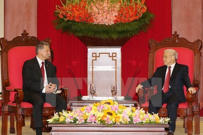 越共中央总书记阮富仲会见匈牙利国会主席克韦尔 - ảnh 1