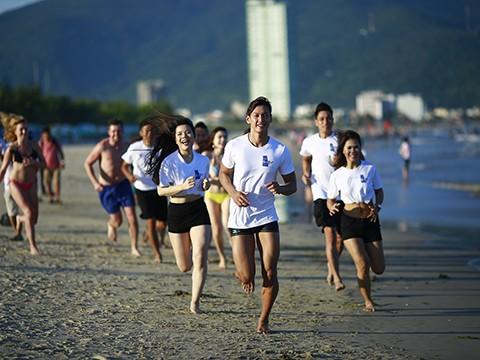 """""""岘港海滩赤足跑步""""活动首次在岘港市举行 - ảnh 1"""