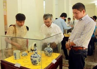 顺化民歌和阮朝风格瓷器展举行 - ảnh 1