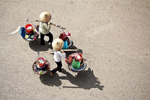 河内妇女们肩挑扁担的身影及其晚上的叫卖声 - ảnh 2