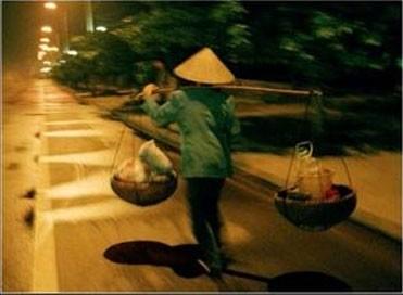河内妇女们肩挑扁担的身影及其晚上的叫卖声 - ảnh 3