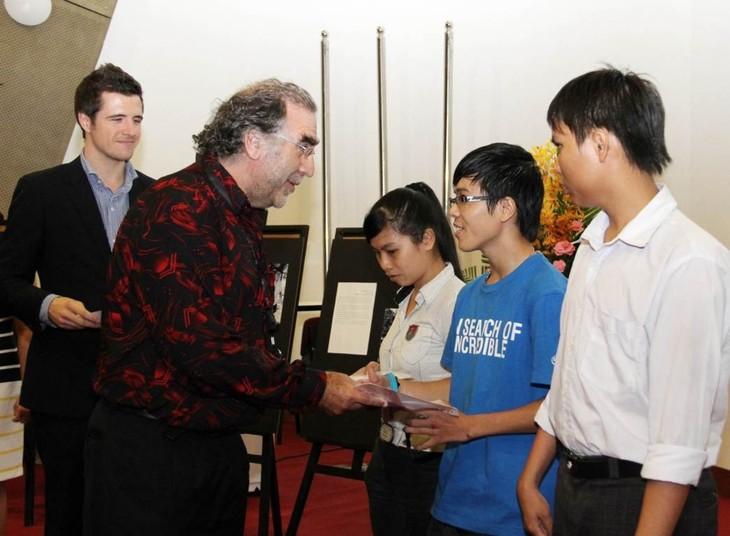 澳大利亚政府向越南少数民族和残疾学生颁发奖学金 - ảnh 1