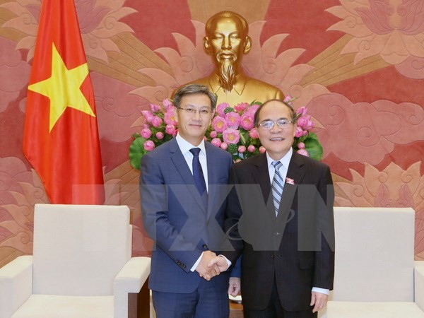 越南国会主席阮生雄会见老挝驻越大使通沙万 - ảnh 1