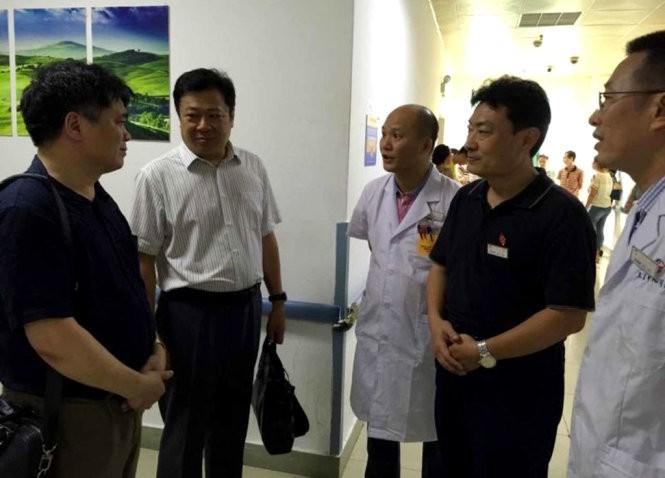 越南驻中国代表机构积极与中方配合救治越南遇险渔民 - ảnh 1
