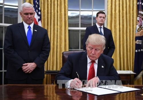 美国总统特朗普签署行政命令退出TPP - ảnh 1