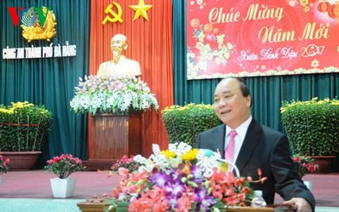 阮春福向岘港市市委、市政府、武装力量和全市人民拜年 - ảnh 1
