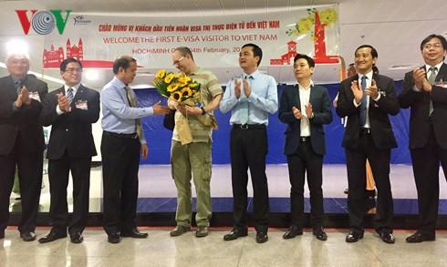 越南接待获得越南电子签证的首位国际游客 - ảnh 1