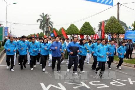 越南各地动员720万人参加2017年面向全民健康的奥林匹克长跑日活动 - ảnh 1