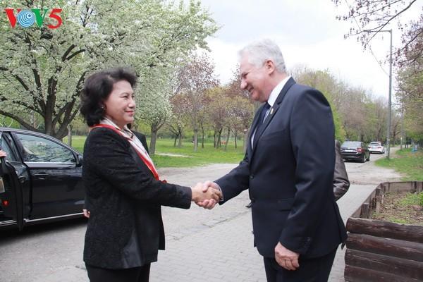 阮氏金银会见匈牙利国会领导人并看望越南驻匈大使馆工作人员 - ảnh 1
