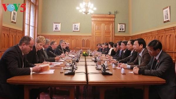 越匈两国国会主席会见记者通报会谈结果 - ảnh 1