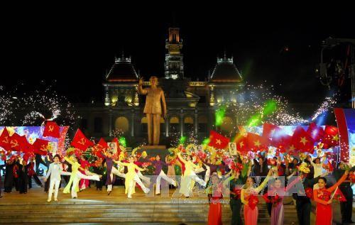 庆祝南方解放国家统一42周年的文艺活动在越南各地举行 - ảnh 1