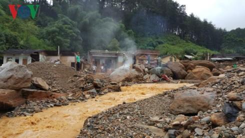 越南资源环境部部长陈红河亲赴安沛省和山萝省视察受灾情况 - ảnh 1