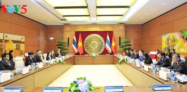 阮氏金银同泰国立法议会主席蓬佩举行会谈 - ảnh 1