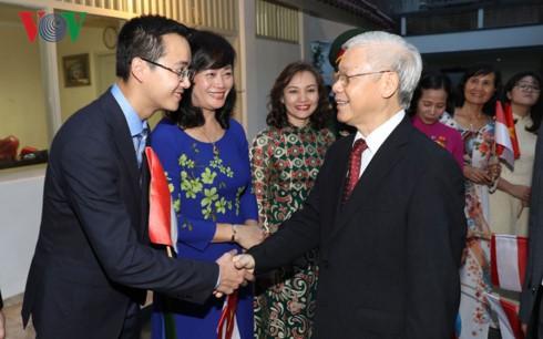 阮富仲看望越南驻印度尼西亚大使馆工作人员 - ảnh 1