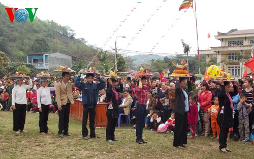 "New Year's ""Going to the field"" festival of the Giay - ảnh 1"